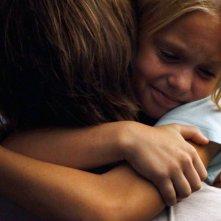 Colony: un tenero abbraccio tra il protagonista e sua figlia