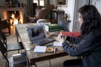 La corrispondenza: Olga Kurylenko parla con Jeremy Irons attraverso il suo portatile