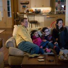 Daddy's Home: Will Ferrell e Linda Cardellini con i piccoli Owen Vaccaro e Scarlett Estevez in una scena del film