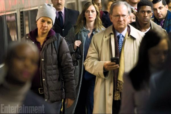 The Girl on the Train: Emily Blunt in mezzo a una folla di passeggeri