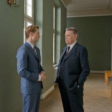 Il labirinto del silenzio: Alexander Fehling e Gert Voss in una scena del film