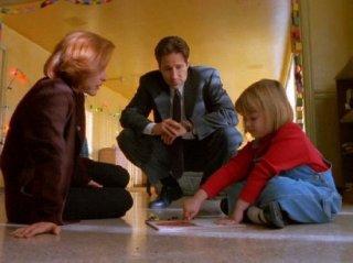 X-Files: Gillian Anderson e David Duchovny con Lauren Diewold in Emily