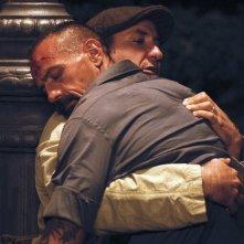 L'abbiamo fatta grossa: Antonio Albanese in soccorso di un uomo in una scena del film