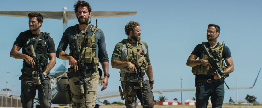 13 Hours: The Secret Soldiers of Benghazi, i protagonisti del film in una scena del film