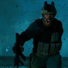 13 Hours: The Secret Soldiers of Benghazi, uno dei protagonisti in una scena d'azione del film