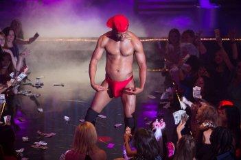 Cinquanta sbavature di nero: Marlon Wayans in versione spogliarellista in una scena del film
