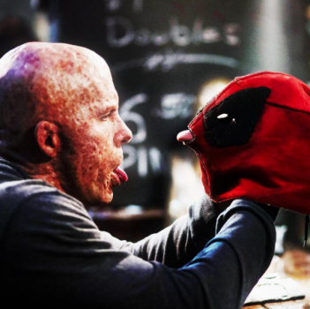 Deadpool: Ryan Reynolds in un'ironica foto del film