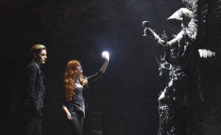 Shadowhunters: Dominic Sherwood e Katherine McNamara in una foto dell'episodio The Mortal Cup