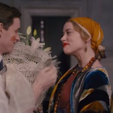 The Danish Girl: Eddie Redmayne e Amber Heard in una scena del film