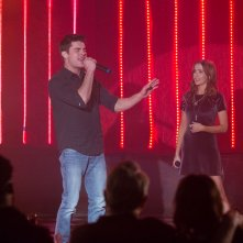 Nonno zozzone: Zoey Deutch divide il palco con Zac Efron in una scena del film