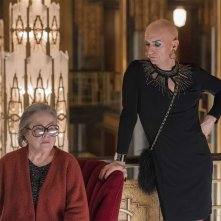 American Horror Story: Hotel - Kathy Bates e Denis O'Hare in un'immagine del season finale Be our guest
