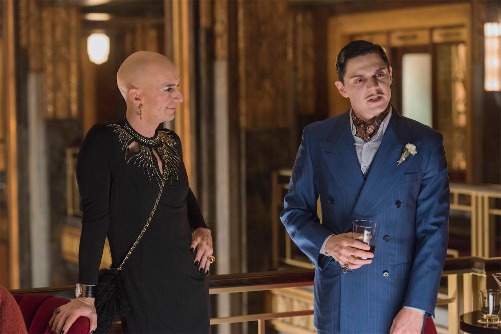 American Horror Story: Hotel - Denis O'Hare ed Evan Peters in Be our guest