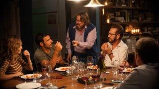 Perfetti sconosciuti: Alba Rohrwacher, Edoardo Leo, Giuseppe Battiston, Marco Giallini e Valerio Mastandrea in una scena del film