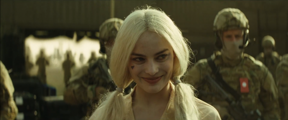 Suicide Squad: una sorridente Margot Robbie nel nuovo trailer del film