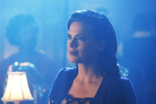 Agent Carter: un bel primo piano di Peggy (Hayley Atwell) tratto dall'episodio A View in the Dark