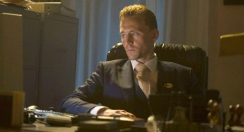 The Night Manager: Tom Hiddleston seduto alla scrivania dell'hotel che dirige