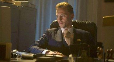 The Night Manager: Tom Hiddleston seduto alla scrivania dell'hotel che dirige