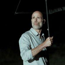 Boris Sans Béatrice - James Hyndman si ripara sotto l'ombrello nel buio