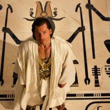 Gods of Egypt: Nikolaj Coster-Waldau guarda verso l'altro tra i simboli divini