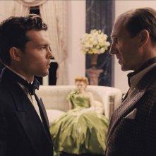 Ave, Cesare!: Ralph Fiennes e Alden Ehrenreich in una scena del film
