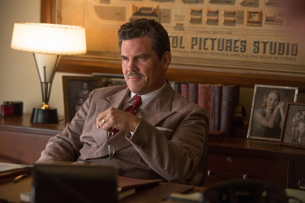 Ave, Cesare!: Josh Brolin in una scena del film