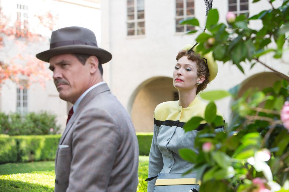 Ave, Cesare!: Josh Brolin e Tilda Swinton in una scena del film