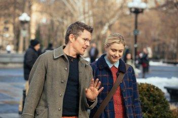 Maggie's Plan: Ethan Hawke e Greta Gerwig passeggiano in una scena del film