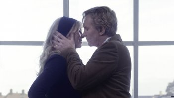 The Commune: Helene Reingaard Neumann e Ulrich Thomsen in una scena del film