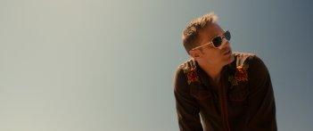 War On Everyone: Alexander Skarsgård in una scena del film