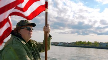 Where to Invade Next: Michael Moore con la bandiera statunitense in una scena