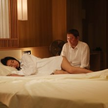 While the Women Are Sleeping: Shiori Kutsuna e Takeshi Kitano in una scena del film