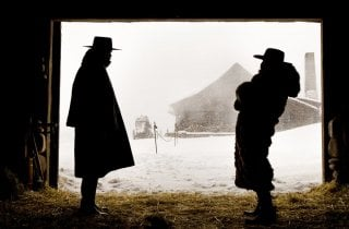 The Hateful eight: i profili di Walton Goggins e Tim Roth si stagliano nella neve