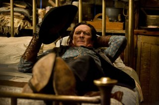 The Hateful Eight: Michael Madsen sdraiato tiene in mano il cappello in una scena