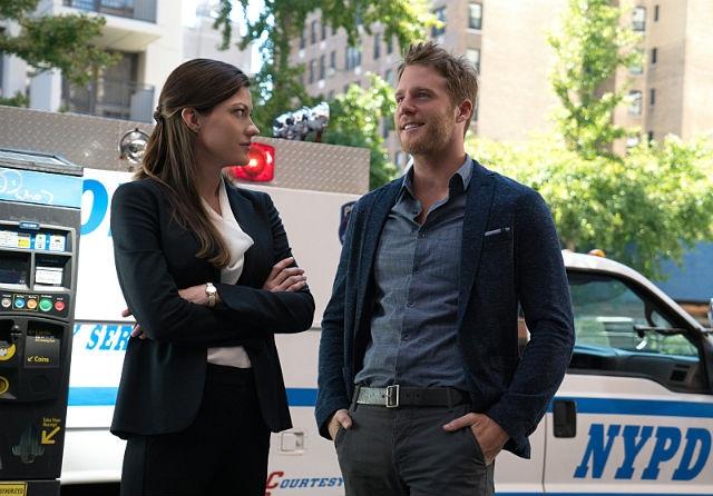 Limitless: Jennifer Carpenter insieme a Jake McDorman in una foto della prima stagione
