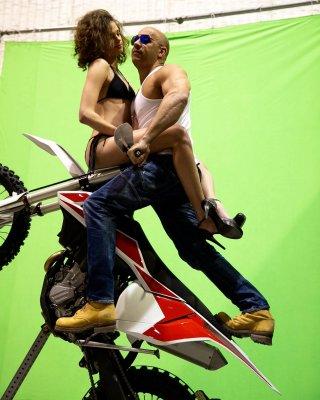 XxX: The Return of Xander Cage - Vin Diesel impegnato in un sexy stunt al green screen