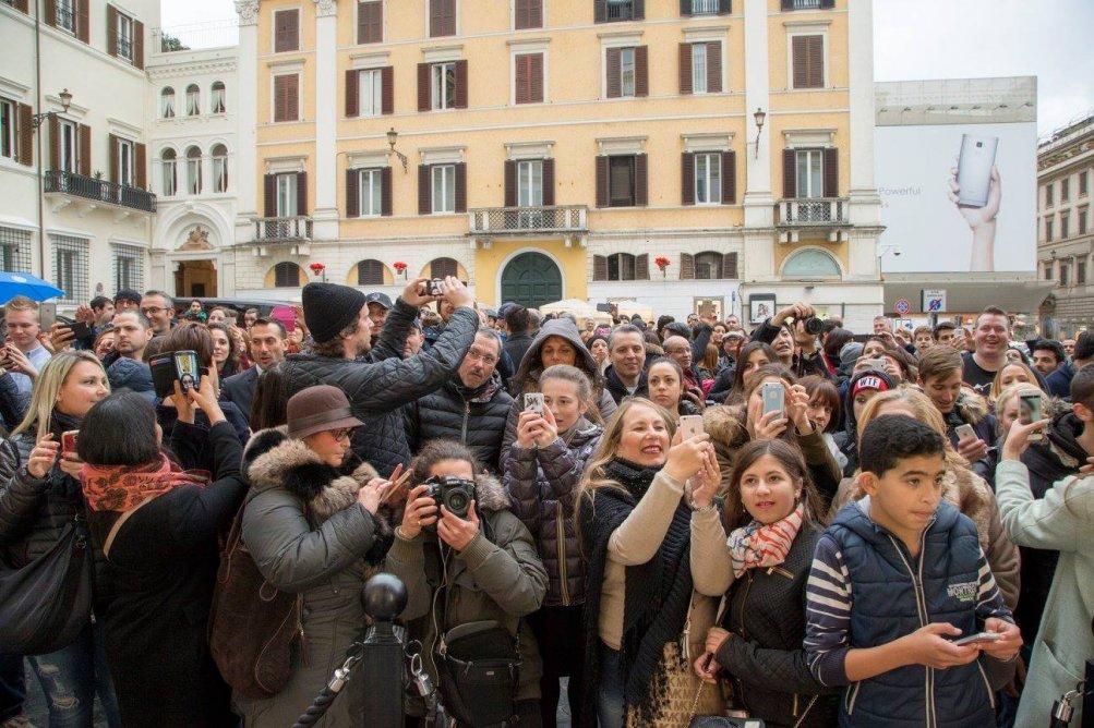 Zoolander 2, la folla di curiosi saluta i protagonisti di Zoolander 2 in vetrina