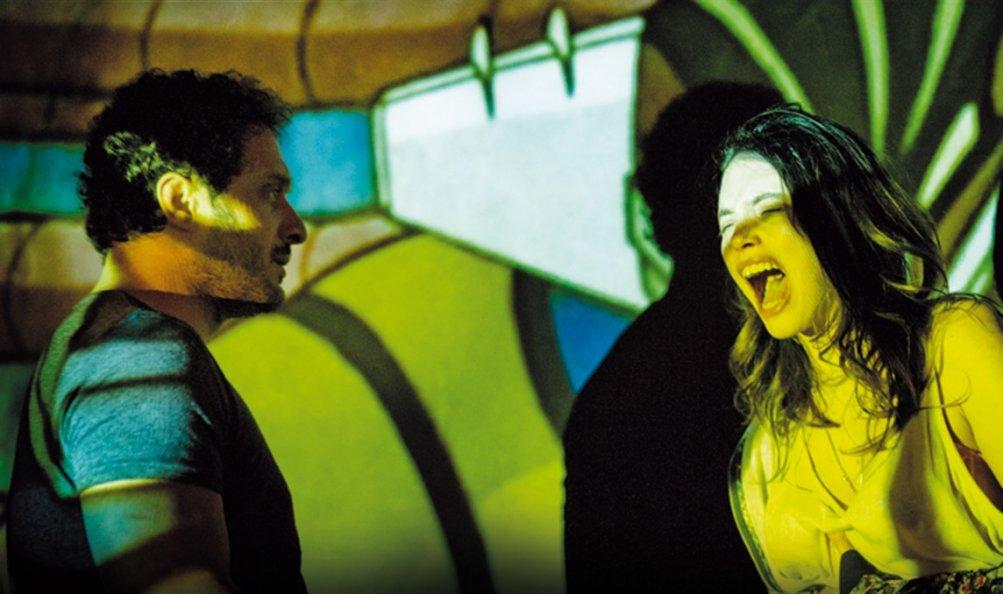 Lo chiamavano Jeeg Robot: Claudio Santamaria e Ilenia Pastorelli in una scena del film