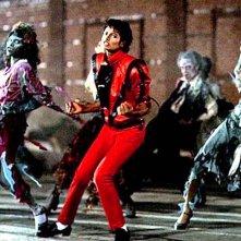 Thriller: Michael Jackson danza circondato da zombie