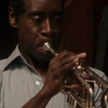Miles Ahead: Don Cheadle intento a suonare la tromba in una scena del film