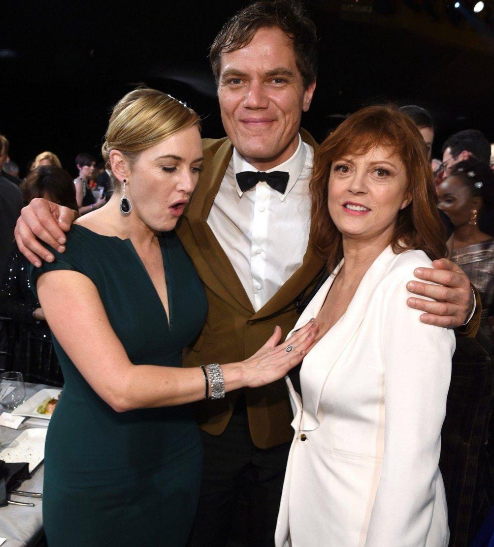 Kate Winslet tasta con meraviglia le grazie di Susan Sarandon ai SAG Awards, con loro Michael Shannon