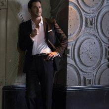 Lucifer: l'attore Tom Ellis in una foto del pilot della serie