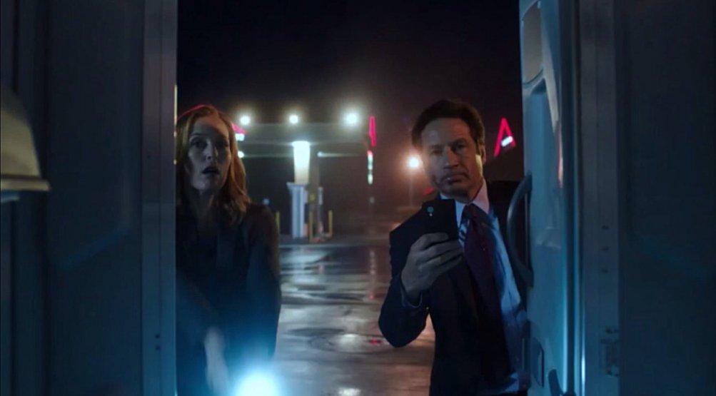 X-Files: David Duchovny e Gillian Anderson in una scena dell'episodio La lucertola mannara