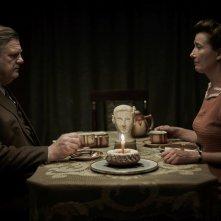 Alone in Berlin: Brendan Gleeson ed Emma Thompson seduti uno di fronte all'altro
