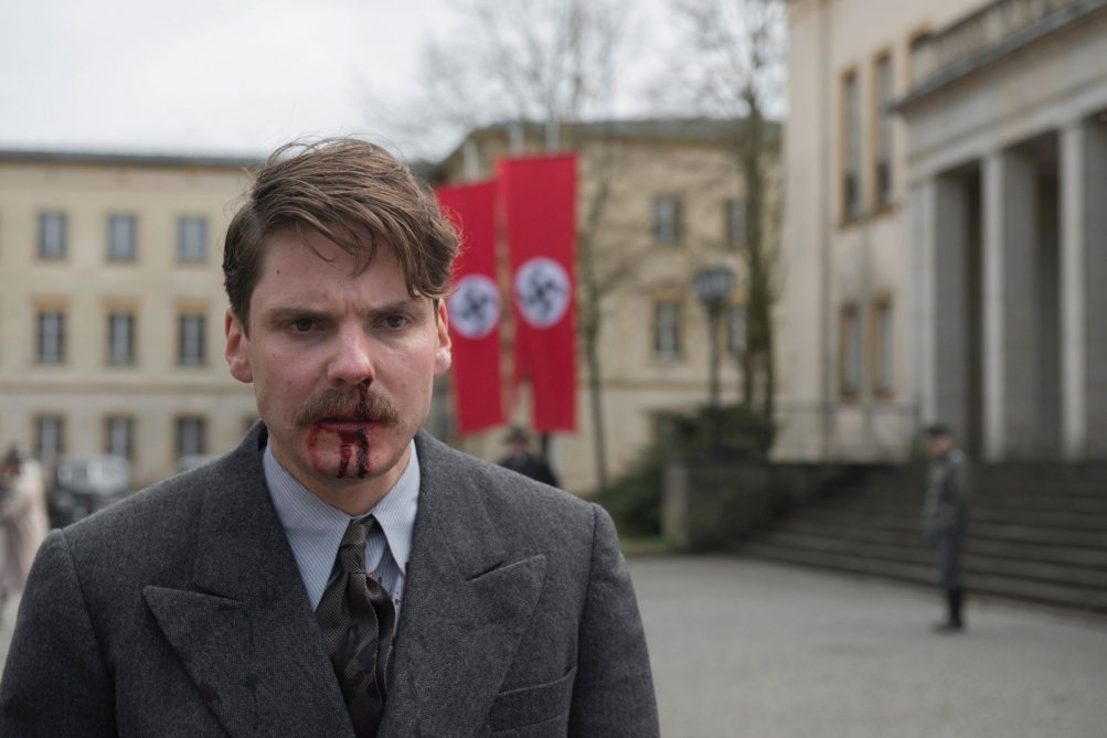Alone in Berlin: Daniel Brühl in una scena del film