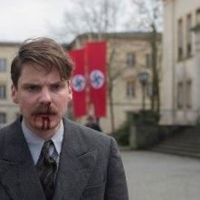 Alone in Berlin: Daniel Brühl in una scena del film