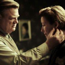 Alone in Berlin: Brendan Gleeson ed Emma Thompson in una scena del film