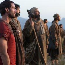Risorto: Joseph Fiennes in una scena di gruppo del film
