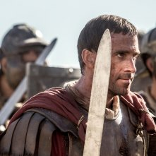 Risorto: un agguerrito Joseph Fiennes in una scena del film