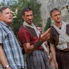 Risorto: Tom Felton e Joseph Fiennes insieme al regista Kevin Reynolds sul set del film