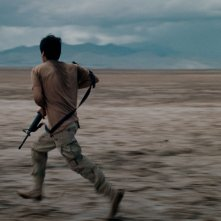 Soy Nero: Johnny Ortiz corre con un fucile in mano
